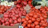 Sobotni miejski targ w Szydłowcu. Dużo handlujących, sporo kupujących. Jakie były ceny warzyw i owoców [ZDJĘCIA]