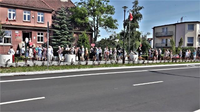 Kolejka przed lokalem wyborczym w Unieściu.