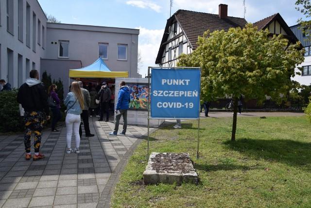 Punkt szczepień powszechnych przy ul. Piłsudskiego w Nowej Soli. W sobotę 8 maja zaszczepiono tutaj dodatkowe 500 osób.