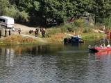 Brzóze Duże. Z wody wyławiano zatopiony pojazd. To w ramach ćwiczeń pododdziałów Mazowieckiej Brygady Odwodowej w gminie Rzewnie