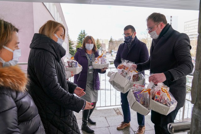 Miasto Białystok przekazało słodycze pracownikom szpitali