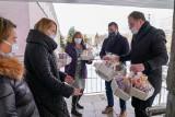 Białystok. Urząd Miejski w Białymstoku przekazał do białostockich szpitali kosze ze słodyczami