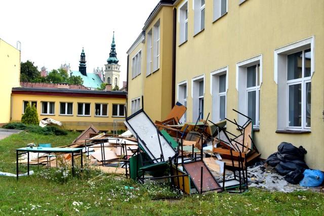 Krajobraz po selekcji szkolnych sprzętów w budynku po Gimnazjum nr 1 przy ul. Jachowicza w Tarnobrzegu