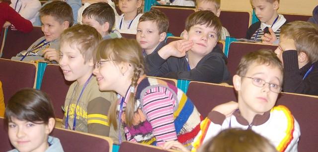 Zajęcia Koszalińskiego Uniwersytetu Dziecięcego są prowadzone w sali Politechniki Koszalińskiej przy ul. Śniadeckich 2. Rodzice mogą oglądać transmisję z wykładu w sąsiedniej sali.