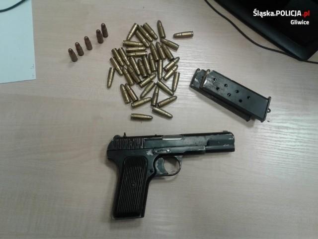 Pistolet i amunicja ukryta za szafą w piwnicy