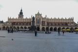Koronawirus w Krakowie. Opustoszały Rynek Główny, pasażerowie z maseczkami na dworcu. To nie to samo miasto!