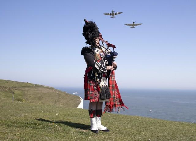 W 75. rocznicę zakończenia wojny w Europie major Andy Reid z Gwardii Szkockiej gra na kobzie na klifie w Dover. W tle lecą dwa myśliwce Spitfire, które brały udział w Bitwie o Anglię