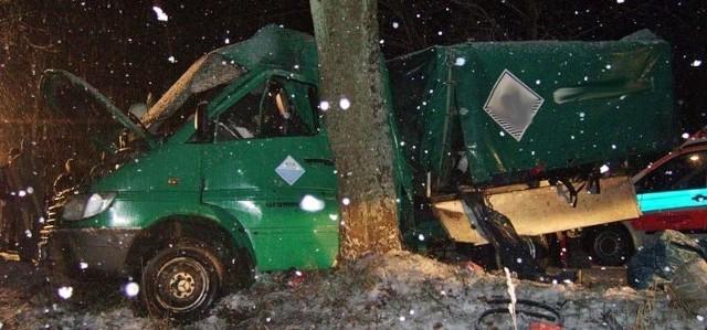 Machliny-Wałcz. Auto uderzyło w drzewo.