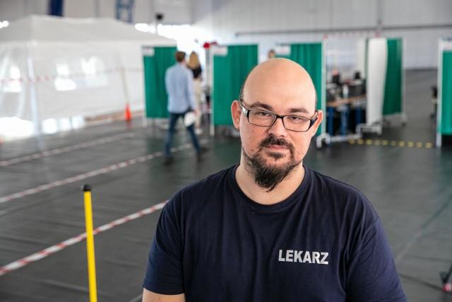Lek. Szymon Bielonko, koordynator punktu szczepień przy ul. Broniewskiego w Białymstoku.