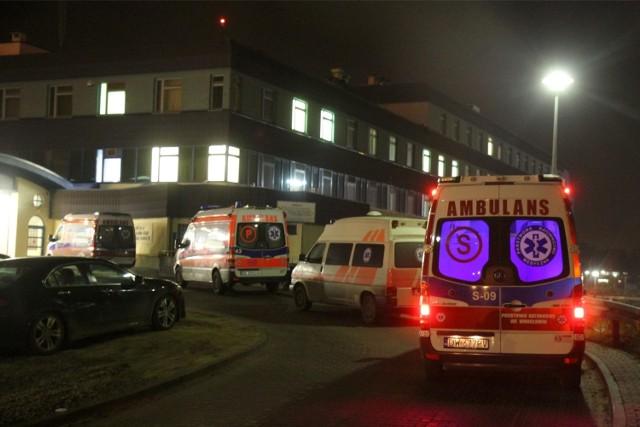 Karetki godzinami czekają z pacjentami na przyjęcie do szpitala. W tym czasie nie ma kto udzielać pomocy innym potrzebującym