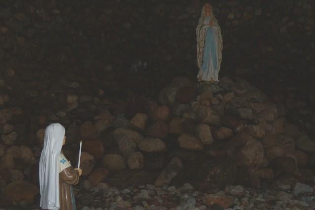 Figury Pięknej Pani i Bernardetty do groty to dar dzieci pierwszokomunijnych i bierzmowanych