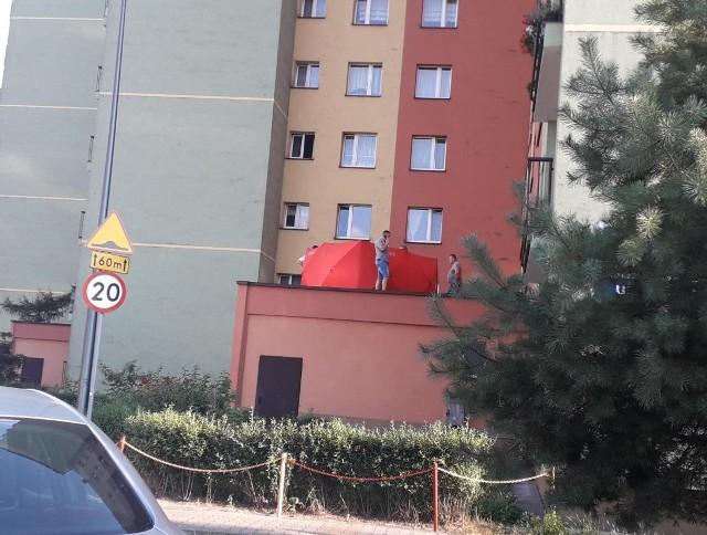 Młody mężczyzna wypadł z okna na 10. piętrze na ul. Tysiąclecia w Dąbrowie GórniczejZobacz kolejne zdjęcia. Przesuwaj zdjęcia w prawo - naciśnij strzałkę lub przycisk NASTĘPNE