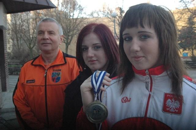 Izabela Korzystka wróciła z Aten z medalem. Zawdzięcza to m.in. siostrze Magdzie. – Dziewczyny trenują dla zdrowia – uważa trener Jan Śmigielski.