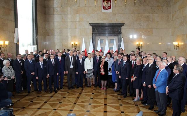 4.04.2017 r. Katowice. Prezydent Andrzej Duda podpisujący ustawę metropolitalną dla Śląska