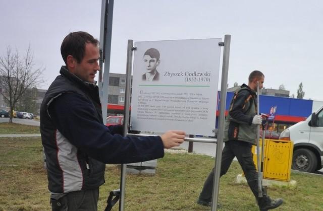 Paweł Ceglarek w poniedziałek ustawił tablicę z życiorysem Zbyszka Godlewskiego