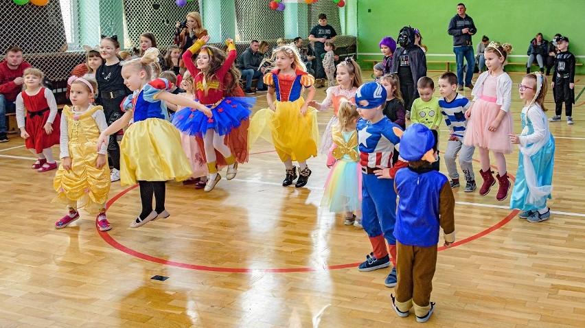 Bal w Szkole Podstawowej w Suchej Koszalińskiej połączony z akcją charytatywną [zdjęcia]