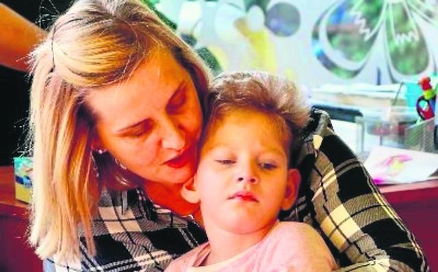 Dziewczynka jest karmiona pozajelitowo. Koszty rehabilitacji przerastają finansowo rodziców