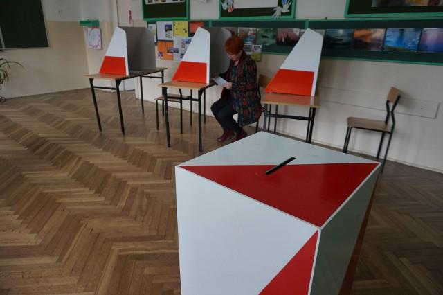 Kalendarz wyborczy wymusza określone działania w najbliższym czasie np. przyjmowanie zgłoszeń na członków komisji wyborczych, wywieszania obwieszczeń czy przygotowanie lokali. Jest to w tym momencie niemożliwe - uważają Zarząd Związku Gmin Wiejskich Rzeczypospolitej Polski i apeluje o przełożenie terminu wyborów.