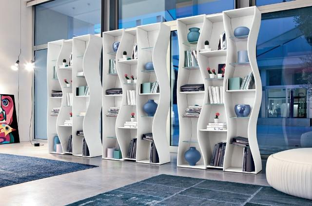 Regał na książkiNiektóre regały na książki przypominają specjalnie zaprojektowane szafy i mogą zajmować nawet całą ścianę.