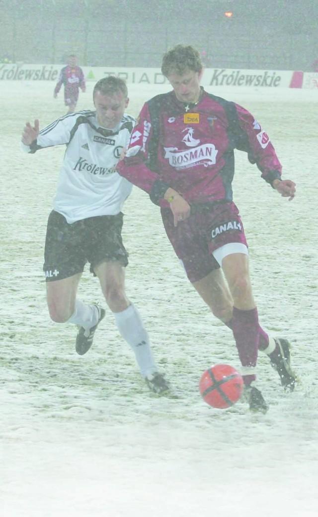 Paweł Magdoń (przy piłce) w meczu Pucharu Polski z Legią strzelił dwa gole. Tym razem nie ustrzegł szczecinian przed utratą trzech goli.