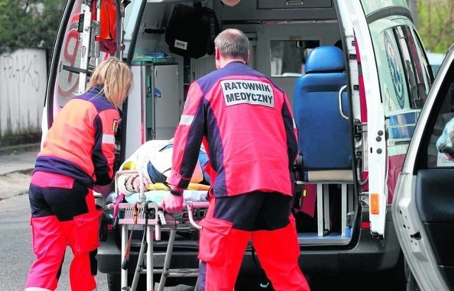 Agresywny mężczyzna został postrzelony w nogi. Tylko w ten sposób mógł zostać obezwładniony. Trafił do szpitala.Przez cały dzień policjanci szukali w poniedziałek łusek z broni, aby udokumentować przebieg całej interwencji