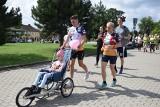 Tomek Sobania biegnie z Częstochowy do Rzymu. Co dnia pokona dystans maratoński. To bieg dla chorej Hani Zając