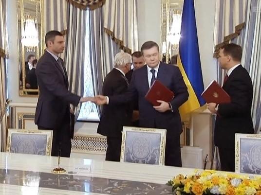 Kijów. Wiktor Janukowycz, Arsenij Jaceniuk, Witalij Kliczko i Ołeh Tiahnybok podpisali porozumienie na rzecz rozwiązania konfliktu na Ukrainie (wideo)