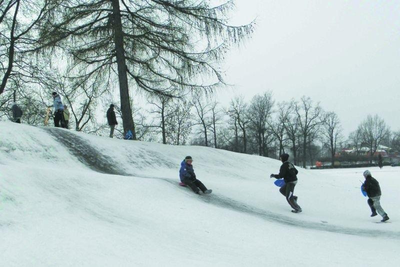 Na górce przy placu Jana Pawła II jest sporo śniegu. Codziennie zjeżdżają z niej dzieci w różnym wieku.