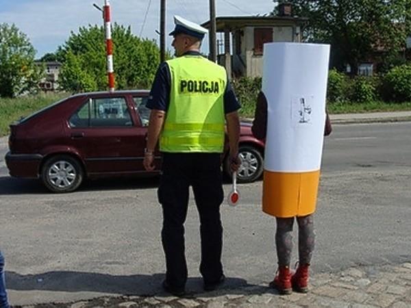 Policjanci z Międzychodu razem licealistami ostrzegali kierowców i zgubnych następstwach palenia papierosów.