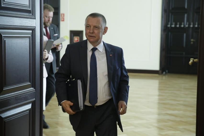 Szef najwyższej Izby Kontroli Marian Banaś przerwał bezpłatny urlop i wrócił do pracy – poinformowała w czwartek rzeczniczka prasowa NIK Ksenia Maćczak.