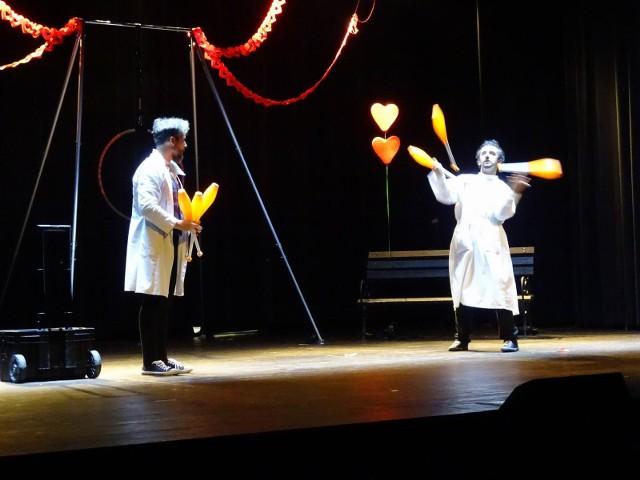 """W kinoteatrze """"Rondo"""" w Chełmnie obejrzeliśmy spektakl cyrkowy, w którym wystąpili wyłącznie ludzie. Tematem przewodnim spektaklu była miłość. Gala powstała dzięki dofinansowaniu Urzędu Miasta Chełmna oraz  Urzędu Marszałkowskiego Województwa  Kujawsko-Pomorskiego."""