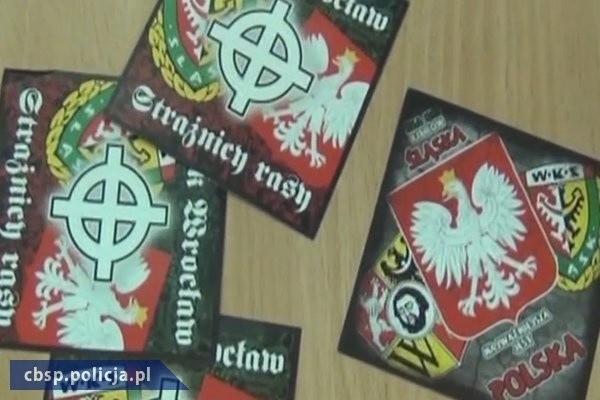 Na terenie kraju dokonano kilkudziesięciu przeszukań, podczas których ujawniono m. in. materiały, propagujące i nawołujące do nienawiści na tle narodowościowym