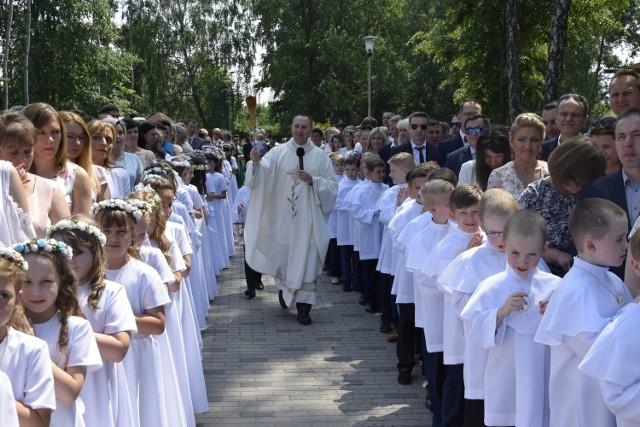 W niedzielę, 27 maja, odbyła się Pierwsza Komunia Święta w Parafii Niepokalanego Serca Najświętszej Marii Panny na osiedlu Widok w Skierniewicach. Sakrament  przyjęło ponad 70 dzieciaków.