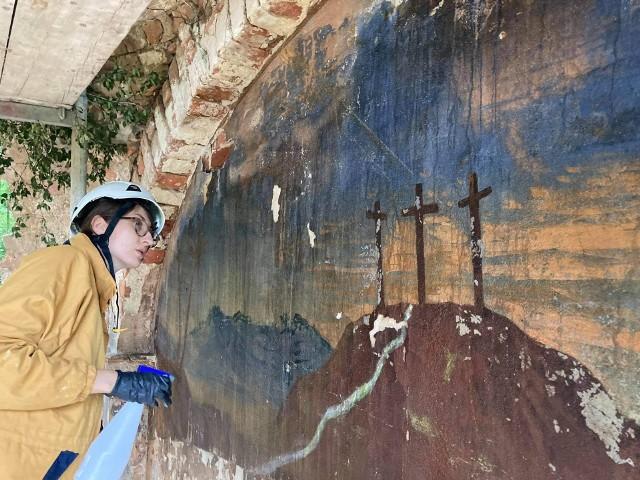 Z inicjatywą ratowania cennych malowideł z popadającej w ruinę kaplicy wystąpił jeden ze studentów ASP