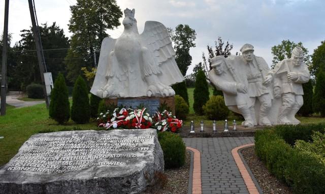 Główne obchody 79. rocznicy wybuchu II wojny światowej odbyły się przed Pomnikiem Trzech Żołnierzy w Ksanach koło Opatowca.