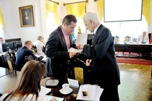 Andrzej Dec (z prawej) twierdzi, że nie będzie walczył o fotel prezydenta Rzeszowa.