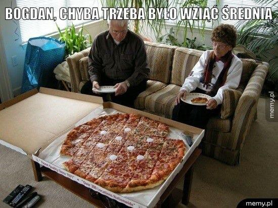 Jest ktoś, kto nie kocha pizzy? Bronicie się przed nią, bo dieta i inne postanowienia noworoczne? Dzisiaj macie pozwolenie. 9 lutego przypada Międzynarodowy Dzień Pizzy. Tego dnia, podobnie jak w Tłusty Czwartek, zapominamy o kaloriach. Łapiemy za karty menu naszych ulubionych pizzerii i zamawiamy. A może uda Wam się jeszcze natrafić na promocje. 9 lutego wszyscy fani tego puszystego ciasta polanego sosem pomidorowym, przykrytego dobrym żółtym serem i zasypanego różnymi dodatkami świętują - dołącz do  nich. A jeśli masz jeszcze opory  - zobacz, co wymyślili internauci. Przygotowaliśmy dla Was zestaw najśmieszniejszych memów z pizzą w roli głównej. Znacie to? >>>SPRAWDŹ TAKŻE: Sprawdzone przepisy na PIZZĘWIDEO: Nela Zisser zjadła ogromny kawałek pizzy w niecałe dwie minuty!źródło: STORYFUL/x-news