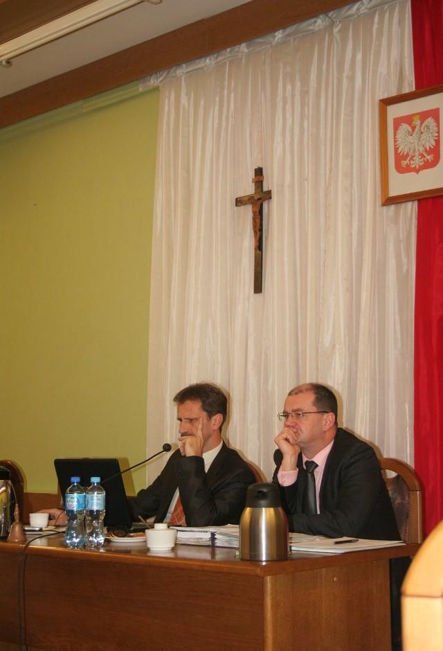 zawieszony jest w głównym miejscu sali obrad. Na  zdjęciu: Janusz Błażejewicz i Jacek Kordowski