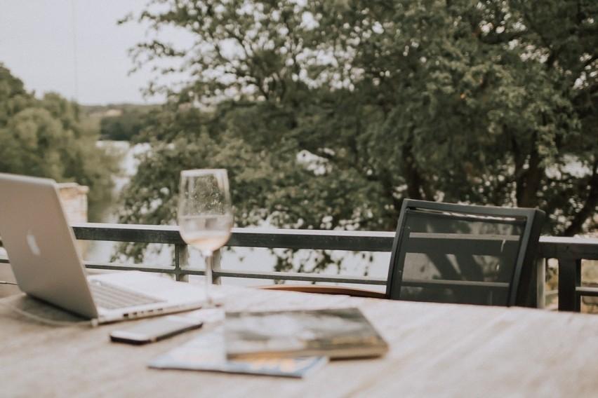 TOP 20 pomysłów na piękny balkon. Jak ozdobić i urządzić balkon? Inspiracje na urządzenie miejsca relaksu [ZDJĘCIA]