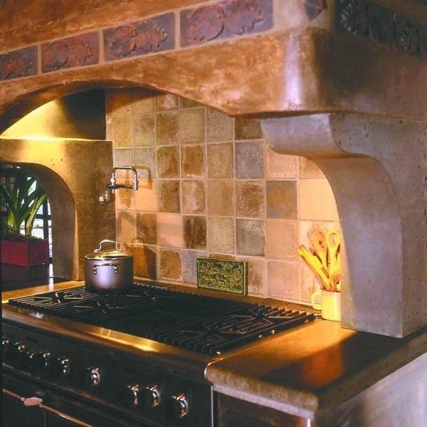 Z kamienia można wykonać wiele elementów wystroju wnętrz - na przykład obudowę i stylowy okap nad nowoczesną kuchenką.