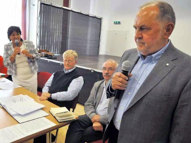 Tak było w sierpniu. Burmistrz Renata Pietkiewicz-Chmyłkowska wyłuszczała swoje obawy związane z inwestycją na rozprawie administracyjnej, na pierwszym planie reprezentujący inwestora dr Zbigniew Fraszka.