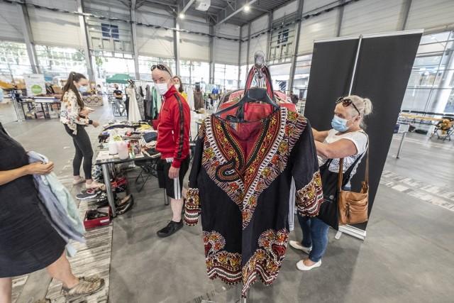 W sobotę i niedzielę na Międzynarodowych Targach Poznańskich odbywa się Letni Targ Ekologiczny. Można tutaj dowiedzieć się, jak zdrowo się odżywiać i żyć zgodnie z naturą, a przy okazji przewietrzyć szafę – coś sprzedać lub kupić na Mami i Babi Targu, który zorganizowano w ramach tego weekendowego wydarzenia.Przejdź do kolejnego zdjęcia --->