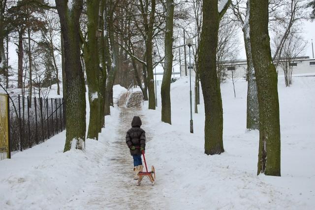 Śnieg sprzyja wypoczynkowi. Uczestnicy półkolonii w gminie Białe Błota więcej czasu spędzić mogą na zabawach na świeżym powietrzu