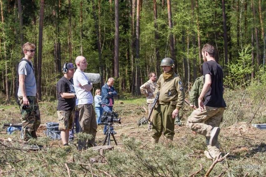 Film Adama Aljovicia (w białej koszulce w środku) kręcony był w Wyrach i Gostyniu, ale postprodukcję realizowano w Bielsku-Białej