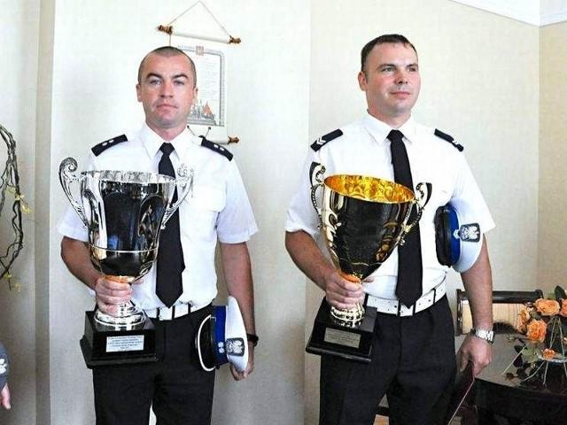 St. sierż. Grzegorz Awienowicz (z prawej) i podkom. Maciej Zakrzewski wygrali klasyfikację drużynową w ogólnopolskim konkursie