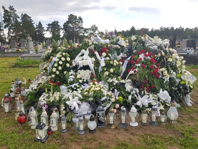 We czwartek pochowano małżeństwo tragicznie zmarłych białostockich medyków. Prof. Tadeusz Łapiński miał 63 lata. Był pracownikiem Kliniki Chorób Zakaźnych i Hepatologii w białostockim USK, lekarzem i wieloletnim nauczycielem akademickim. Jego żona dr Małgorzata Michalewicz była pielęgniarką na oddziale covidowym tego samego szpitala. Miała 53 lata.