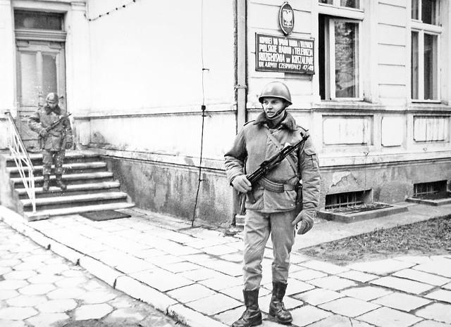 Pierwsze tygodnie stanu wojennego. Wtedy ulice miast patrolowali żołnierze. Część z nich pełniła też wartę przed kluczowymi, zdaniem władz, obiektami. Między innymi żołnierze (na zdjęciu) pilnowali wejścia do Radia Koszalin. Autorzy stanu wojennego zafundowali Polakom między innymi godzinę milicyjną, od 22 do 6 rano, a także wyłączone telefony i cenzurę korespondencji.
