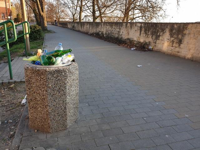 Śmieci wysypują się z kubłów na Bulwarze Nadodrzańskim w Opolu.