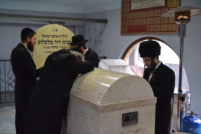 Wczoraj do Lelowa na grób cadyka przyjechało kilkuset chasydów z całego świata m.in. Stanów Zjednoczonych, Izraela i Ukrainy