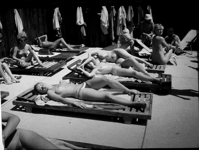 Każdy mile widziany, lecz rozebrany - takie napisy witały plażowiczów spędzających urlopy nad Bałtykiem w latach 80 - tych XX wieku. Do licznej grupy golasów, nurtu wywodzącego się z nudyzmu, dołączyli łodzianie pod wodzą prezesa Klubu Naturystów, Józefa Kubickiego z Łodzi.Czytaj, ZOBACZ ZDJĘCIA na kolejnych slajdach